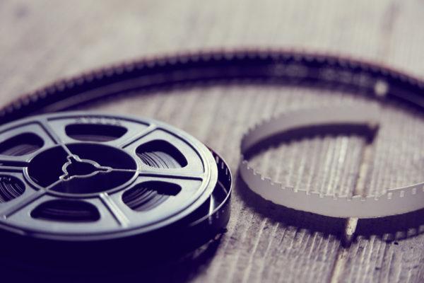 Bobina cinema 8mm su fondo in legno