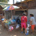 海外縫製工場前の行商人は大繁盛中です!  | ラオス縫製工場の日常