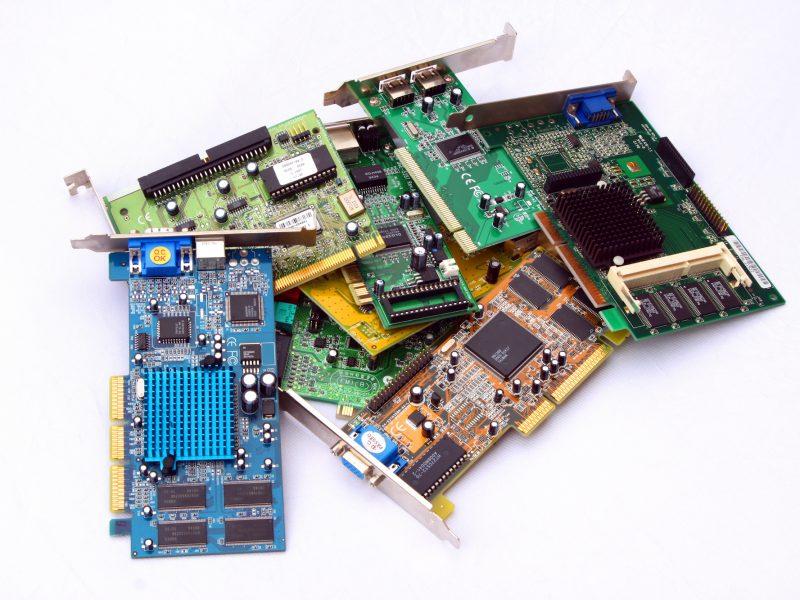 Cartes PCI périmées sur fond blanc
