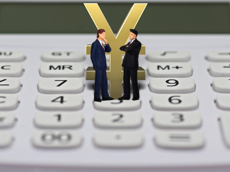電卓とビジネスマン