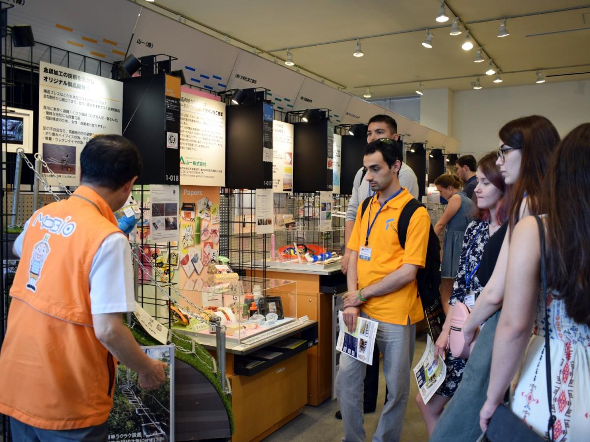 近畿大学に短期留学中のロシア人学生と教員が7月12日、東大阪市内のものづくり企業で研修を受けた。ものづくりビジネスセンター大阪「MOBIO」を見学