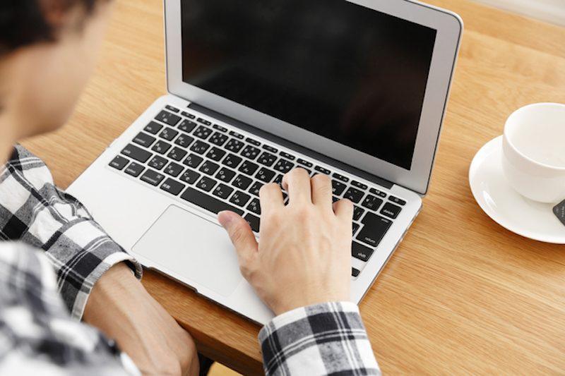 MacBookを操作する人