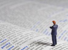 ビジネスマンと辞書