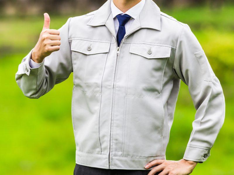 作業服を着ている男性の上半身 自然の背景