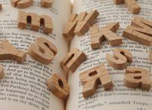 本の上のアルファベットアップ(横)