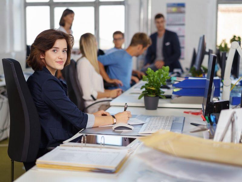 mitarbeiter in einem büro
