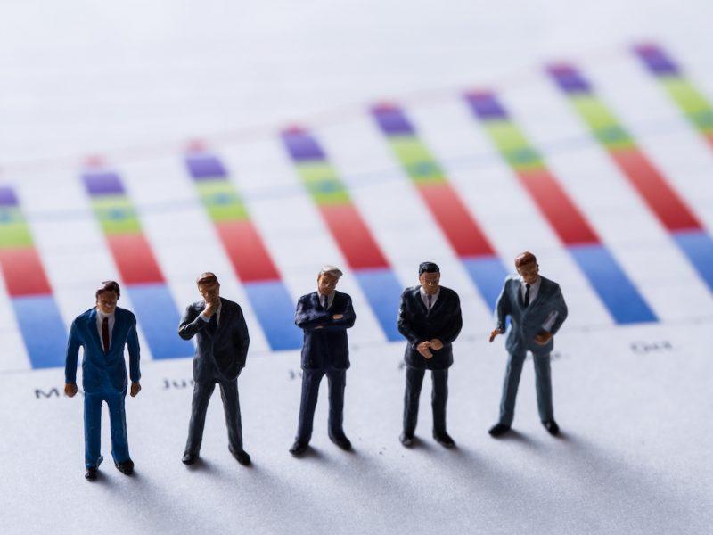 経営判断する経営者たち