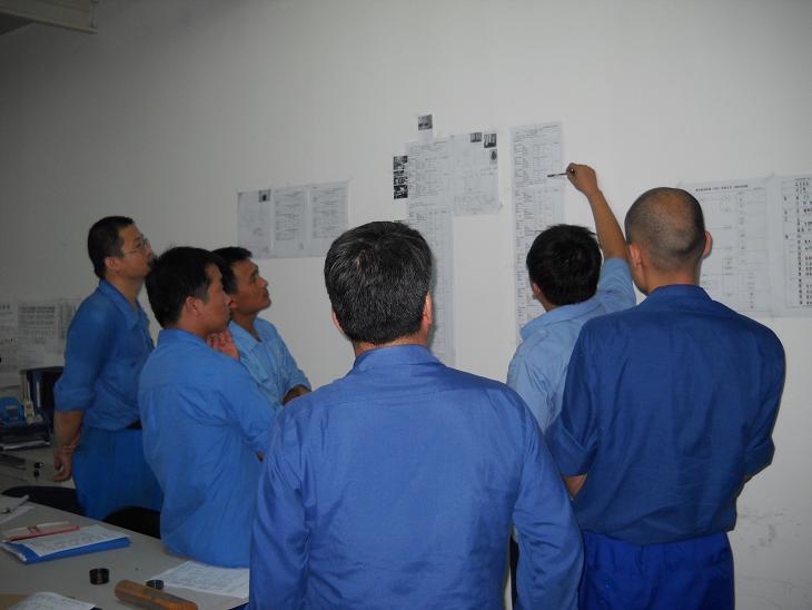 中国工場の加工工程での会議