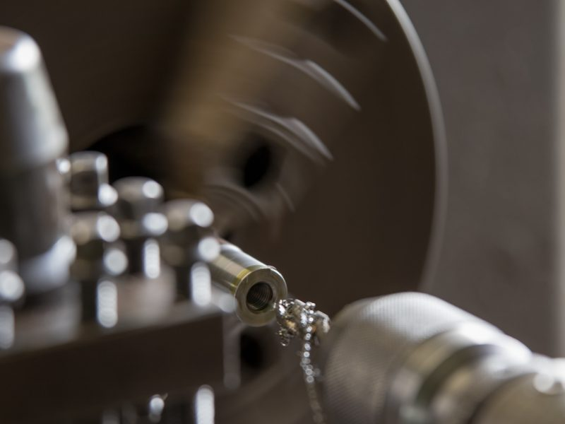 旋盤で部品加工