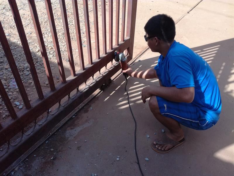 海外縫製工場は何でも修理します。門を塗り直しました。_02
