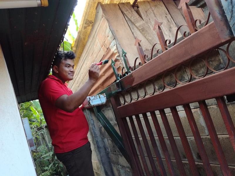 海外縫製工場は何でも修理します。門を塗り直しました。_04