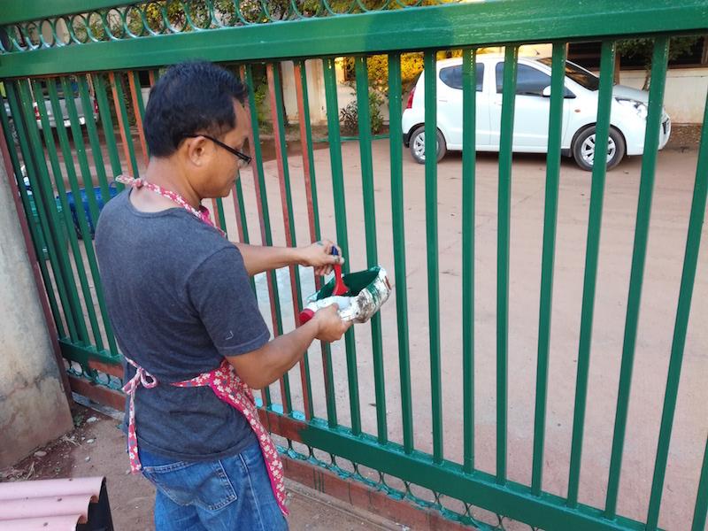 海外縫製工場は何でも修理します。門を塗り直しました。_05