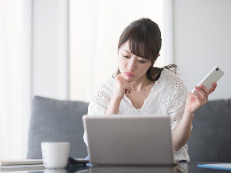 パソコン・女性・ソファ