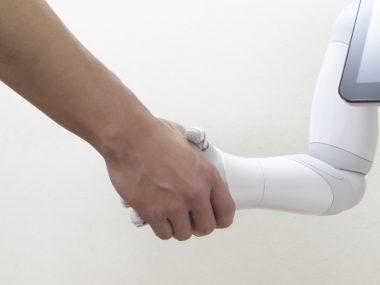 人とロボットの握手