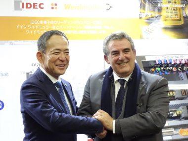 戦略的パートナーシップ契約で握手するIDECの舩木俊之会長兼社長(左)とワイドミュラーのホセ カルロス アルバレツ トバルCMS