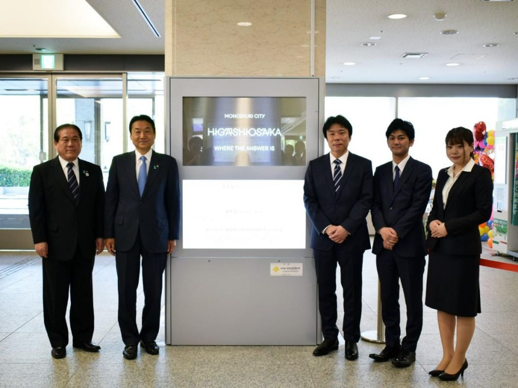 excellentの秋本倫宏社長(右から3番目)