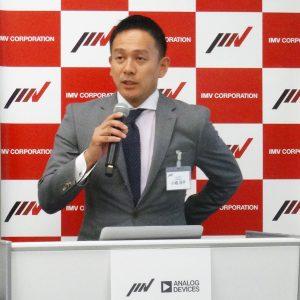 新製品を紹介する小嶋代表取締役社長