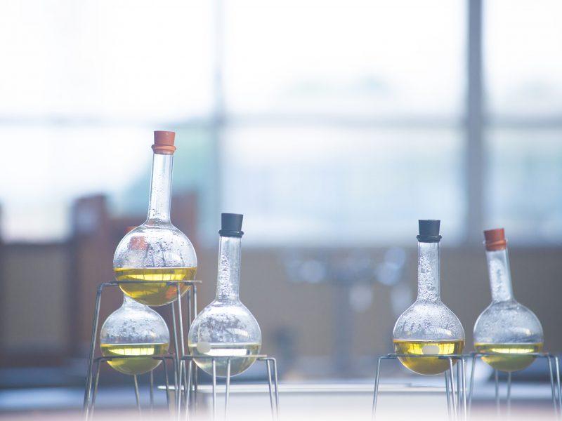 理科(実験)室に準備された、何らかの薬品が