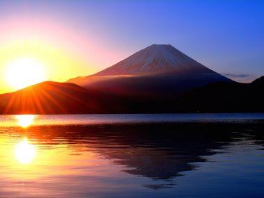 本栖湖からの日の出の太陽と逆さ富士山