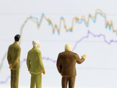 折れ線グラフとビジネスマン