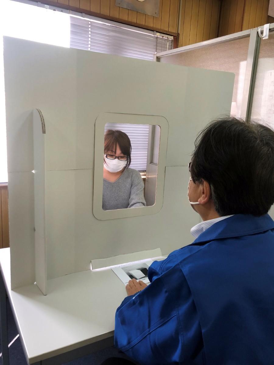 東大阪のマツダ紙工業、ダンボール製飛沫感染対策ボードを開発