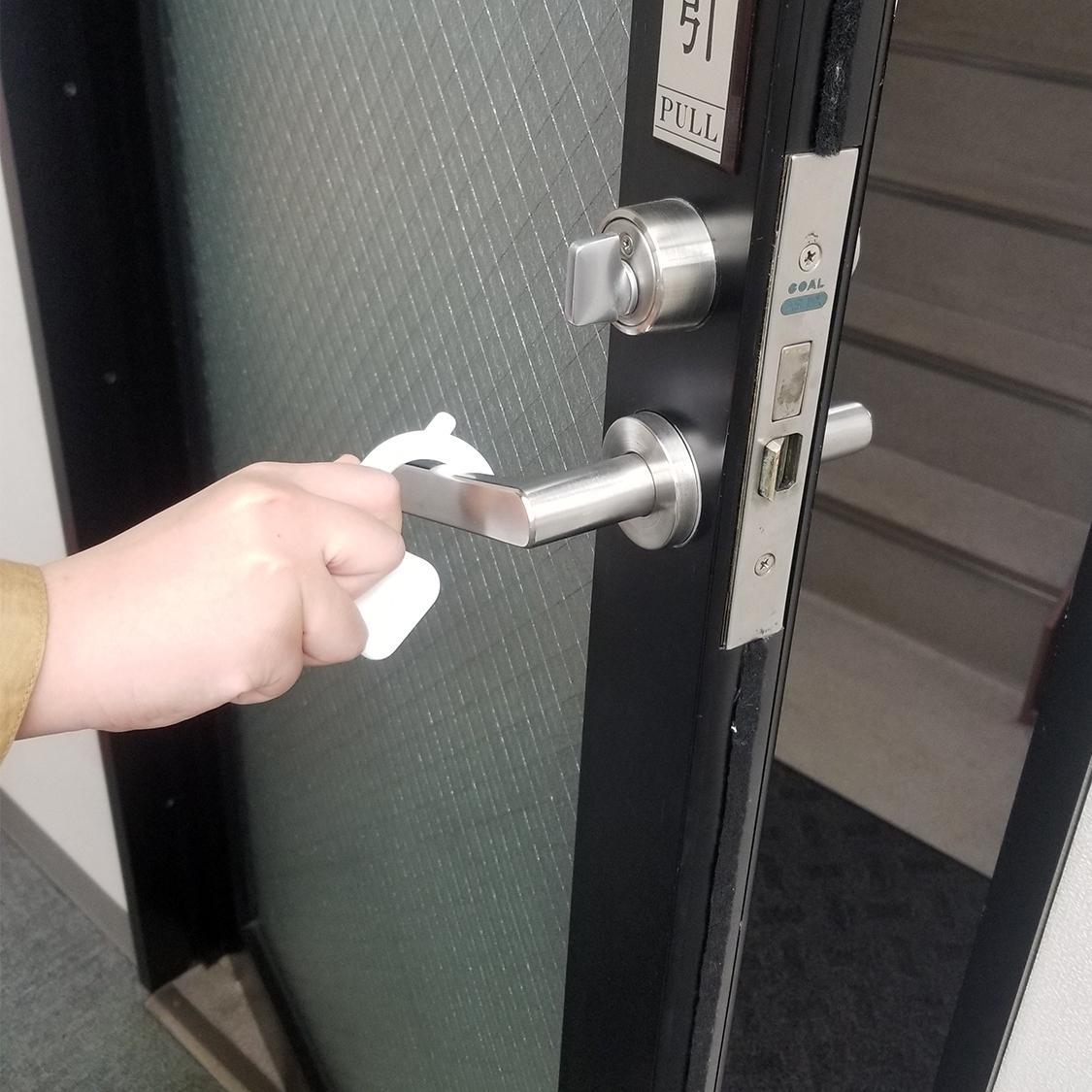 直接触れずにドアを開けることができる