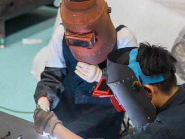 東大阪の「SEKAI HOTEL」に町工場体験宿泊プラン 工場で溶接・塗装を体験