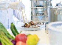 弁当を盛り付ける男性調理師 宅食 デリバリー テイクアウト