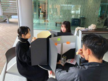 近畿大とマツダ紙工業が携帯型飛まつ対策ボード開発 学生の提案で書類入れにも